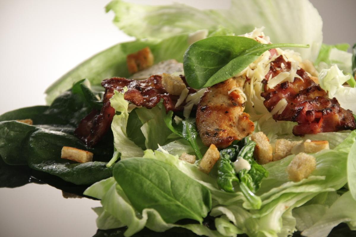 Sałatka a la Cezar ze szpinakiem i kurczakiem
